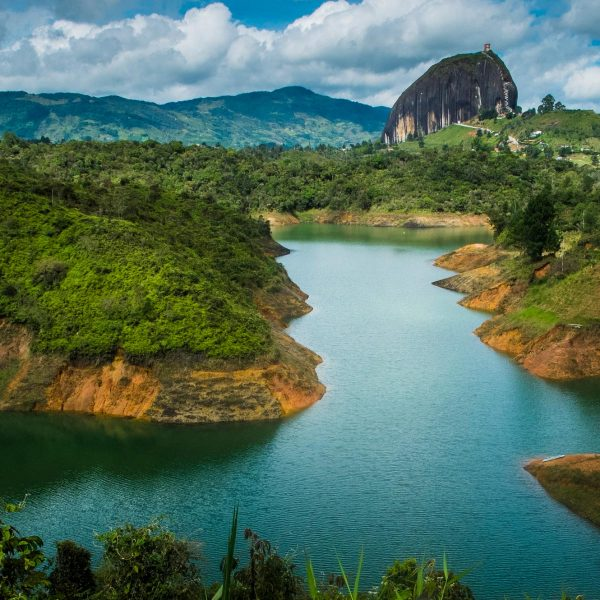 Guatapé-Sobrevuelo-Tour-Volar-Colombia